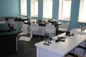 учнівські столи в кабінеті хімії